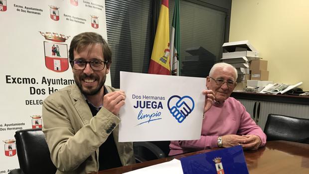 Francisco Toscano, delegado de deportes, con el logo ganador que resultó ser un plagio