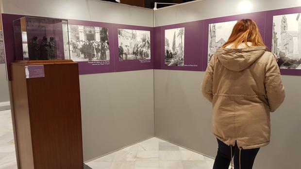 Una visitante observa la galería de fotografías de la exposición