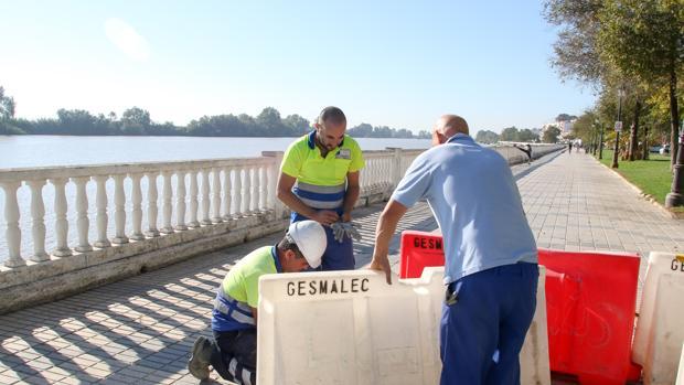 Operarios de Emasesa realizando análisis