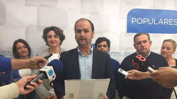 El concejal del Partido Popular en Morón de la Frontera Antonio Ramírez, en el centro de la imagen