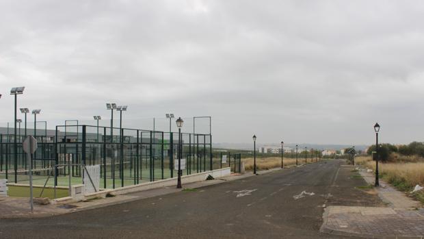 Pistas de pádel junto a parcelas vacías en el Polígono Industrial José Díaz
