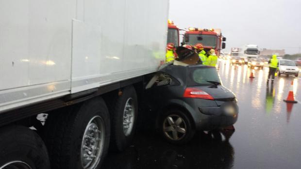 Imagen del turismo que ha colisionado con el camión