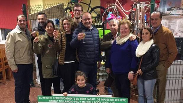 La familia ganadora con el gerente y los propietarios de La Venta del Pan