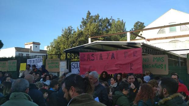 Familiares y alumnos se han concentrado a las puertas del colegio
