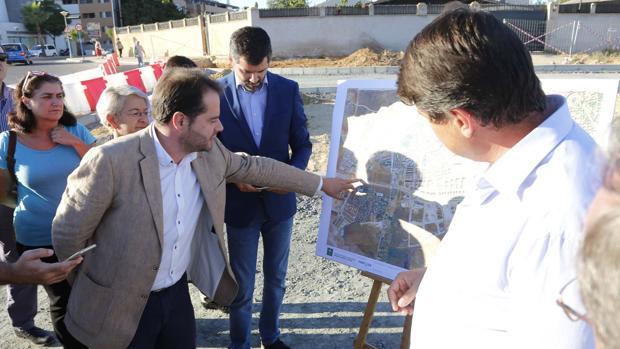 El alcalde Antonio Conde analizando los planos de la Ronda Sur