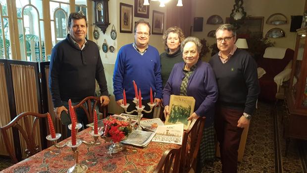La familia Jiménez Maldonado en una de las estancias de su casa con varios ejemplares de ABC