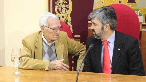 Joaquín Navarro (izquierda), junto con el alcalde de Coria del Río, Modesto González