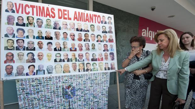 Concentración de familiares de las víctimas del amianto en Uralita el pasado junio de 2013