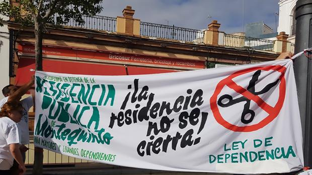 La Plataforma en defensa de la Residencia de Montequinto lleva manifestándose desde hace siete años