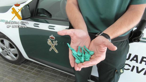 Imagen de archivo de un agente de la Guardia Civil enseñando parte de la incautación