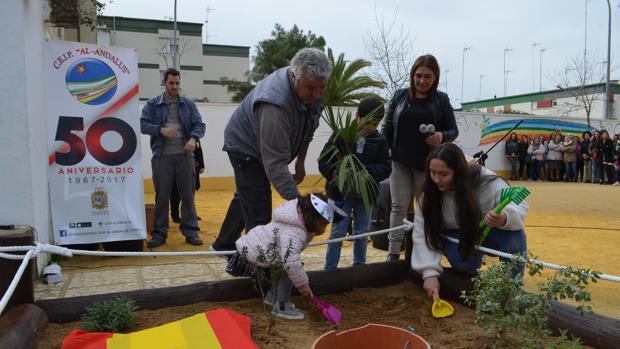 Las alumnas enterrando objetos con información del colegio