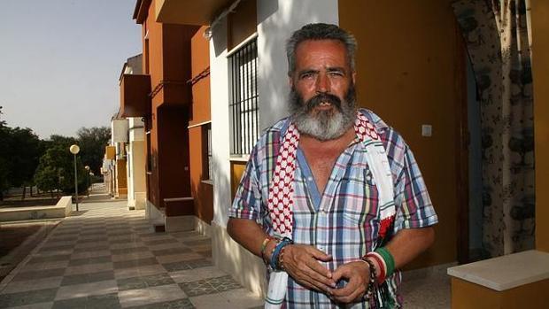 Sánchez Gordillo en la entrada de su casa, en Marinaleda