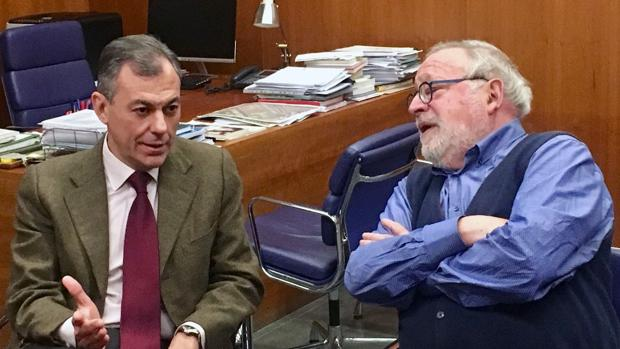 El alcalde de Tomares, José Luis Sanz, junto a Fernando Savater