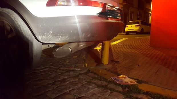Así quedó el vehículo que conducía la persona que dio positivo y que usó el alcholímetro como trompeta