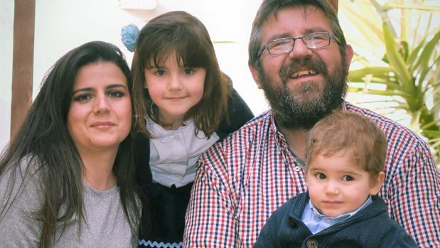 Los padres de Abel junto a Sofía, la hermana mayor