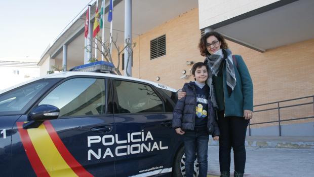 Elessar junto a su madre Isabel en la comisaría de la Policía Nacional de Dos Hermanas
