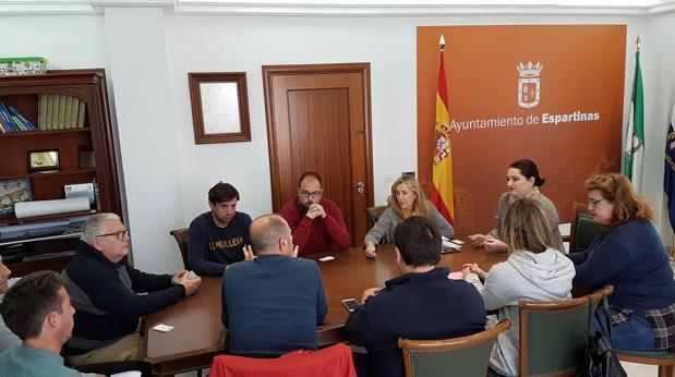 Reunión de la alcaldesa y el concejal de Deportes de Espartinas con representantes de los clubes de fútbol