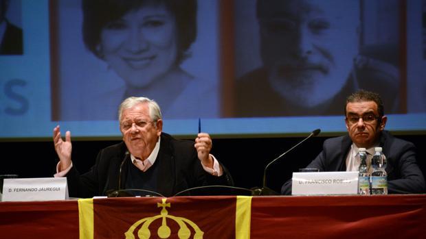 Fernando Jáuregui junto al moderador, Francisco Robles