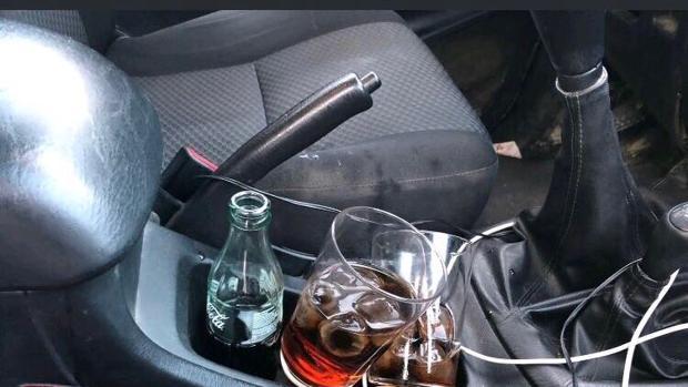Dos cubatas y una botella de refresco en el interior del vehículo cuyo conductor no pudo ni pasar el control de alcoholemia