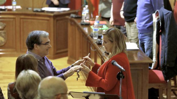 La alcaldesa de Palomares, Ana Isabel Jiménez, el día de la toma de posesión, junto a Luis Caballero