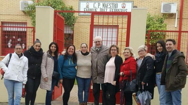 Dirigentes del Partido Popular durante su visita al CEIP Enrique Díaz Ferreras