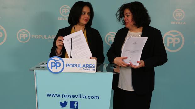 La presidenta del PP de Sevilla, Virginia Pérez, y la portavoz popular en Huevar, María Eugenia Moreno