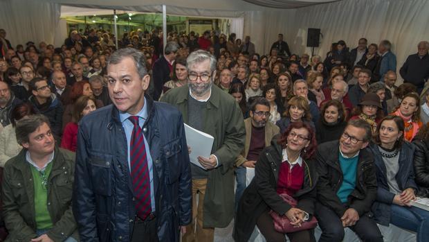 El alcalde de Tomares junto a al escritor Antonio Muñoz Molina en la inauguración de la Feria del Libro