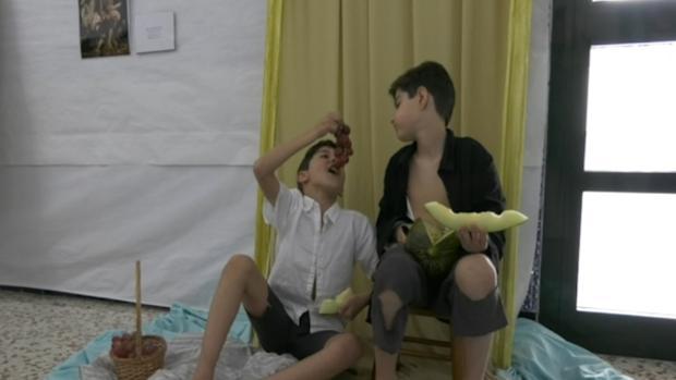 Alumnos palaciegos interpretan el cuadro «Niños comiendo uvas y melón»