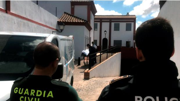 Traslado del cuerpo del joven de 27 años fallecido en el incendio de Olivares