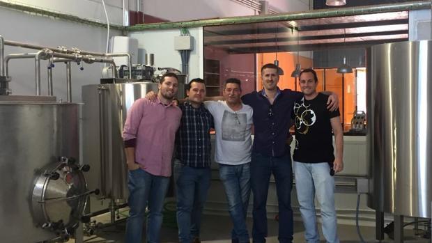 La cerveza Ocho Huellas se fabrica en Los Palacios y Villafranca