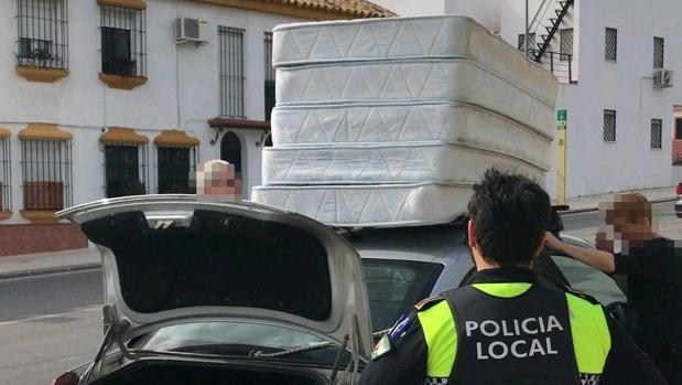 La Policía Local de Castilleja ha multado a un conductor que transportaba cinco colchones sin ningún tipo de amarre