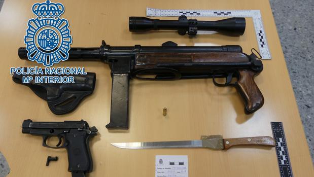 La Policía Nacional localizó un subfusil, un arma corta, una mira telescópica y varios cargadores