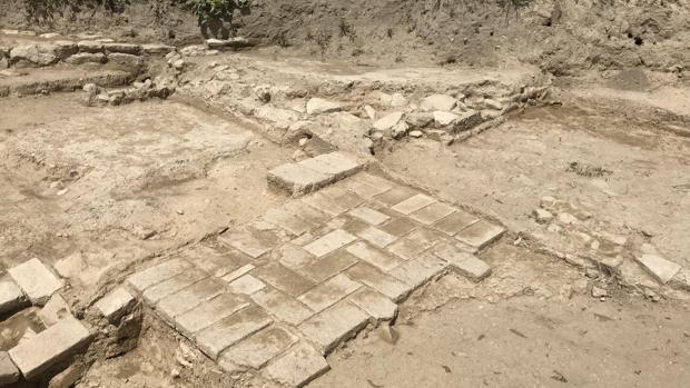 Los restos de la alquería almohade del siglo XII descubiertos durante las obras de la SE-40