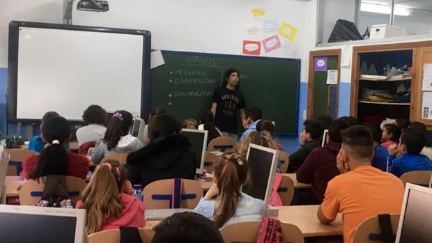Los escolares del colegio Tartessos de San Juan atienden a Jesús, experto sobre el absentismo escolar