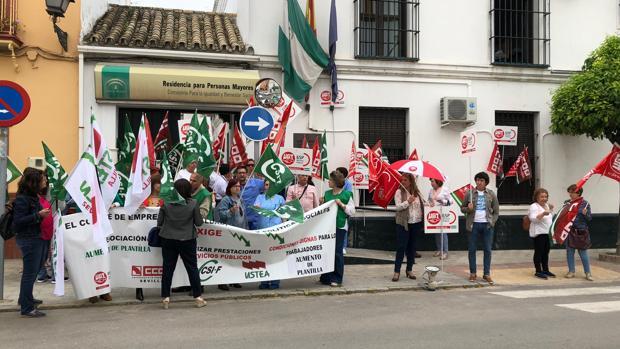 Los trabajadores se han concentrado durante una hora en la puerta de la residencia de mayores de Marchena