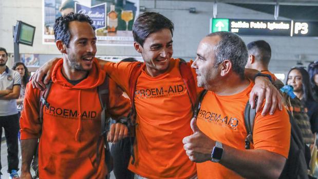 Los tres bomberos sevillanos, ayer a su llegada a la estación de Santa Justa