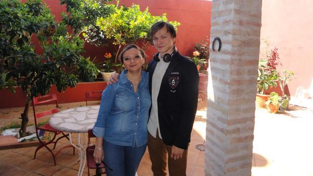 Azat y su madre Dilara durante una visita turística a Carmona en 2014