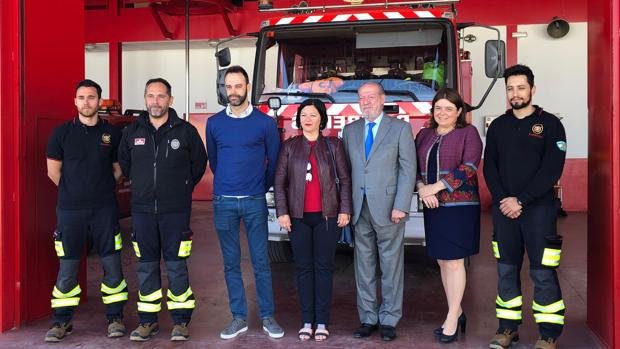 El presidente de la Diputación y la alcaldesa de Marchena, ayer en el parque de bomberos