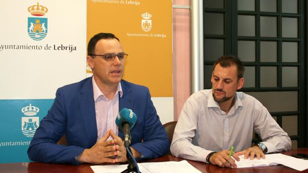 El alcalde de Lebrija y el delegado municipal de Mantenimiento, durante la presentación del plan