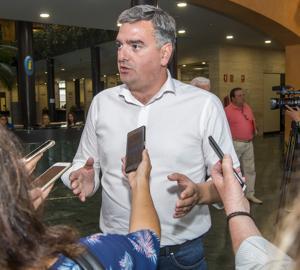 Manuel Varela atiende a los medios