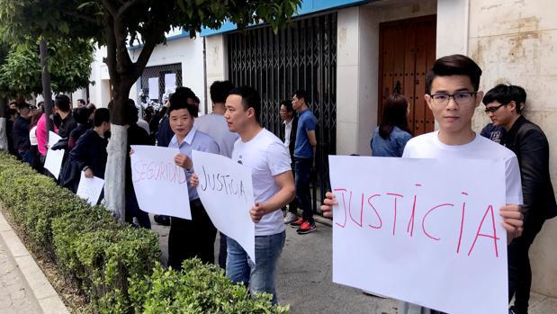 Protesta de ciudadanos chinos a las puertas del comercio que regentaba el propietario asiático que murió apuñalado