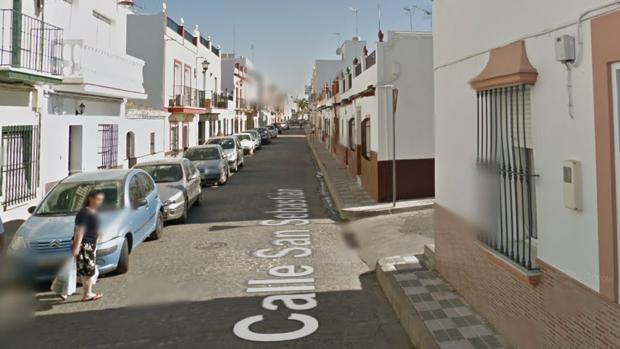Un varón de 53 años ha sido hallado muerto en su vivienda de la calle San Sebastián de Cantillana