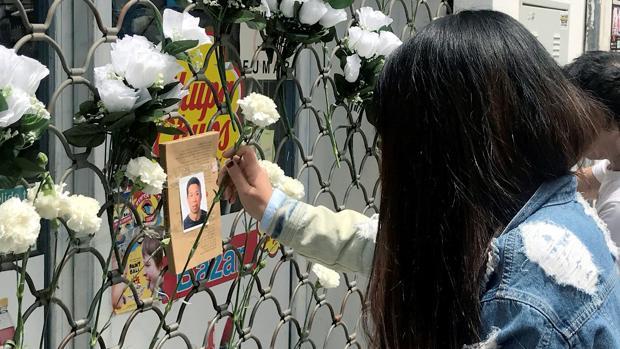 La comunidad china montó un pequeño altar en el comercio de Jian, en la mañana del domingo