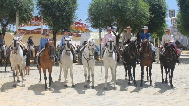 Un grupo de amazonas en la Feria de Alcalá