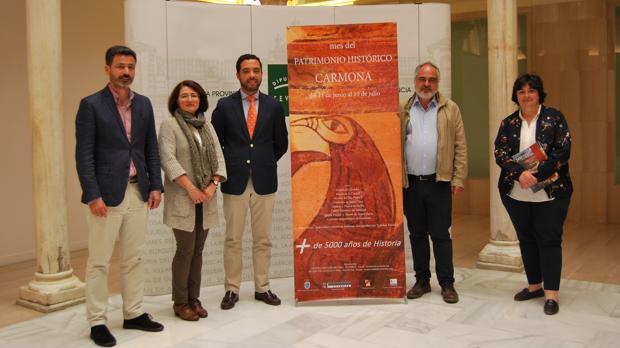 Responsables del Ayuntamiento, la Diputación y el sector turístico de Carmona en la presentación de las rutas