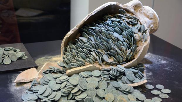 La mitad del tesoro de Tomares será para los operarios que descubrieron las monedas y ánforas romanas