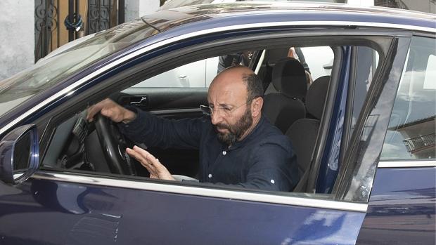 El expapa, Ginés Hernández, saliendo de un coche tras abandonar la orden