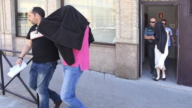 Ginés Hernández y su mujer, Nieves Triviño, a la salida de los juzgados este miércoles
