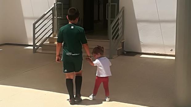 La pequeña Lola podrá estudiar finalmente con su hermano en el mismo colegio de Lora del Río