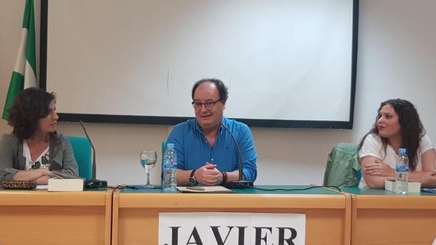 Javier Almenara Caballero, durante su presentanción en Guillena, junto a Loli Rodríguez y Ana Isabel Montero